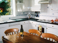 raven-hill-holiday-farmhouse-kitchen